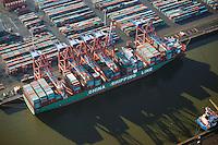 Eurogate Hamburg: EUROPA, DEUTSCHLAND, HAMBURG, (EUROPE, GERMANY), 02.01.2009 Der EUROGATE Containerterminal Hamburg liegt zentral im Waltershofer Hafen, mit direkter Anbindung an die Autobahn A7. An 365 Tagen im Jahr werden hier an sechs Gro&szlig;schiff-Liegeplaetzen rund um die Uhr Containerschiffe abgefertigt. Hierfuer stehen 23 Containerbruecken (davon 19 Post-Panmax) und mehr als 140 Van Carrier zur Verfuegung.<br /> Mit einem Umschlag von 2,7 Mio. TEU in 2008 gilt der EUROGATE Container Terminal Hamburg als die zweitgroesste Umschlagsanlage der EUROGATE-Gruppe in Deutschland.