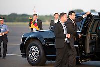 Ein Mitarbeiter des Secret Service halten am Dienstag (18.06.13) am Flughafen Tegel in Berlin bei Ankunft des US-amerikanischen Praesidenten Barack Obama die Panzertuer der Limusine auf. <br /> Foto: Axel Schmidt/CommonLens