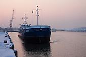 """Vrachtschip """"Miska"""" van Terschelling legt aan in de Industriehaven in Harlingen."""