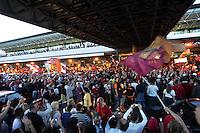 Migliaia di tifosi della Roma hanno atteso invano di salutare i loro beniamini, al ritorno della trasferta di Catania, per festeggiare il secondo posto in campionato,  all'aeroporto di Roma Fiumicino, 18 maggio 2008. La squadra ha lasciato l'aeroporto da un'uscita secondaria..UPDATE IMAGES PRESS/Riccardo De Luca