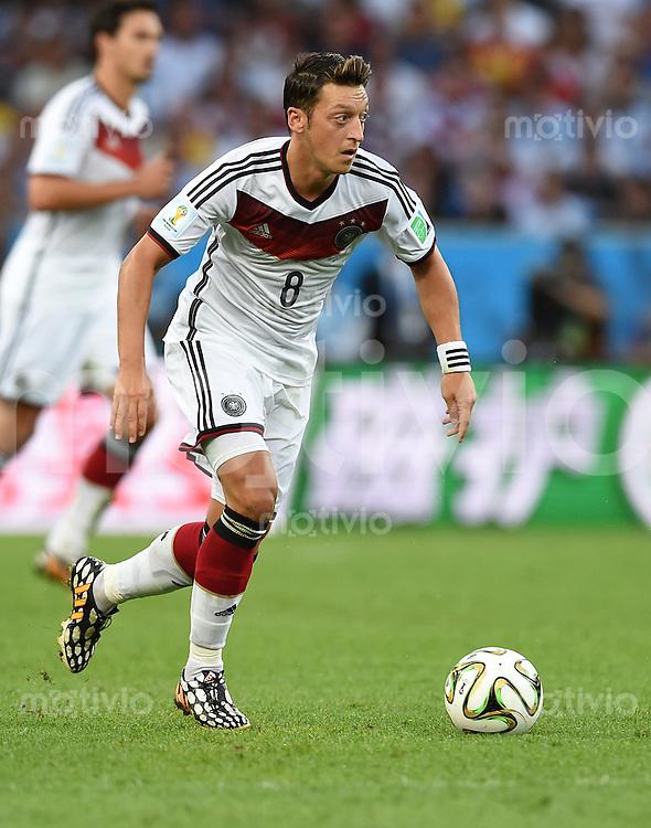 FUSSBALL WM 2014                FINALE Deutschland - Argentinien     13.07.2014 Mesut Oezil (Deutschland) am Ball