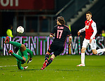 Nederland, Alkmaar, 27 maart 2014<br /> KNVB Beker<br /> Seizoen 2013-2014<br /> Halve finale<br /> AZ-Ajax<br /> Esteban Alvarado Brown (l.), doelman (keeper) van AZ keert de inzet van Daley Blind (r.) van Ajax.
