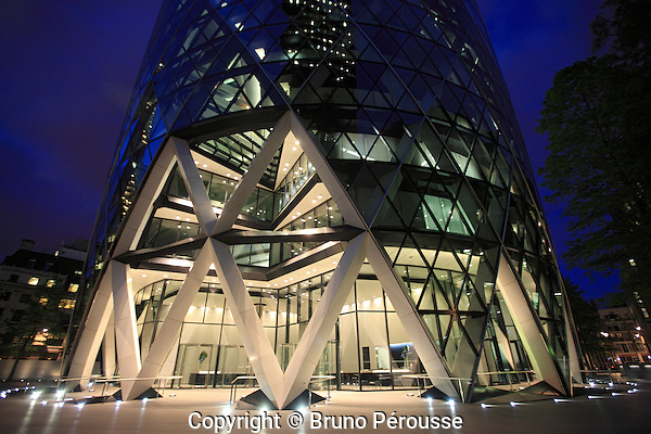 Royaume Uni; Grande Bretagne; Angleterre; Londres; La Cité; immeuble 30 street Mary Axe (le cornichon; architecte Foster)//United Kingdom; Great Britain; England; London; The City; 30 street Mary Axe building (the gherkin; Foster architect)