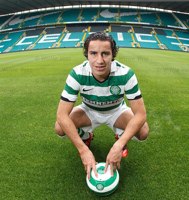 Mexican defender Efrain Juarez sgns for Celtic