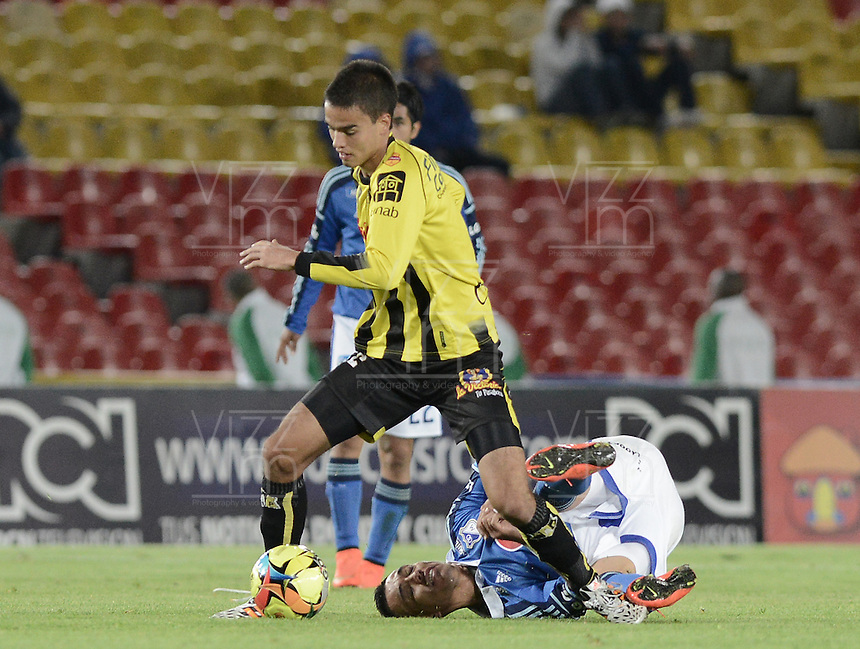 BOGOTÁ -COLOMBIA, 25-10-2014. Fernando Uribe (Der) jugador de Millonarios disputa el balón con Felipe Aguilar (Izq) jugador de Alianza Petrolera durante partido por la fecha 16 de la Liga Postobón II 2014 jugado en el estadio Nemesio Camacho el Campín de la ciudad de Bogotá./ Fernando Uribe (R) player of Millonarios stuggles for the ball with Felipe Aguilar (L) player of Alianza Petrolera during the match for the 16th date of the Postobon League II 2014 played at Nemesio Camacho El Campin stadium in Bogotá city. Photo: VizzorImage/ Gabriel Aponte / Staff