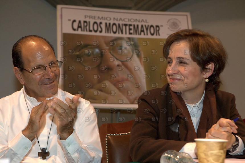 201207. México, D.F.-  El padre Alejandro Solalinde y la periodista Carmen Aristegui durante la entrega del  Premio Nacional Carlos Montemayor 2012 en el Auditorio Benito Juárez de la Asamblea Legislativa del Distrito Federal (ALDF). NOTIMEX/FOTO/ALEJANDRO MELENDEZ/AMO/POL/