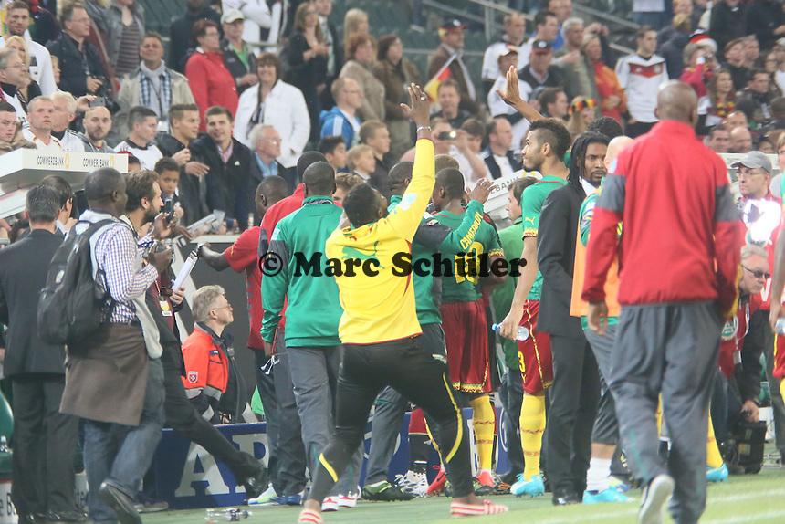 Flitzer lässt sich von den Fans feiern und geht mit den Stars von Kamerun in die Kabine - Deutschland vs. Kamerun, Mönchengladbach