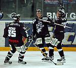 Deutscher Eishockey Pokal 2003/2004 , Halbfinale, Arena Nuernberg (Germany) Nuernberg Ice Tigers - Koelner Haie (1:3) Jubel der Koelner Haie rechts Andreas Morczinietz (Koeln) mit erhobenen Armen links Andreas Renz (Koeln), mitte Jeremy Adduono (Koeln)
