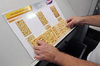 - Novara, stabilimento Pavesi (gruppo Barilla), linea di produzione dei crackers, controllo di qualità<br /> <br /> - Novara, Pavesi plant (Barilla Group), production line of crackers, quality control