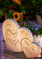 Oesterreich, Salzburger Land, Dekoration: zwei Herzen mit Inschrift Gruess Gott auf der Alm | Austria, Salzburger Land, decoration: 2 hearts with inscription 'Gruess Gott auf der Alm'