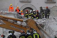 Pompieri tra le macerie. Firemen among rubbles.