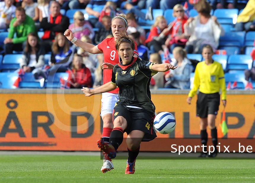 Norway : UEFA Women's Euro Qualifying group stage (Group 3) - 15/09/2012  - Oslo - Ullevaal Stadion : Norway  (Noorwegen) - BELGIUM ( Belgie) : Maud Coutereels voor Isabell Herlovsen.foto DAVID CATRY / Vrouwenteam.be