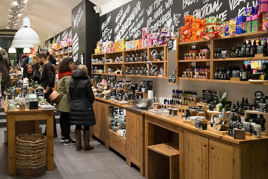 Nederland, Amsterdam, 13 dec 2014<br /> Zeepjeswinkel. Winkel zeer gericht op kadootjes. Zeep is een zinnig kadootje, je kan er iets leuks van maken en je kan het gebruiken. <br /> Foto: (c) Michiel Wijnbergh
