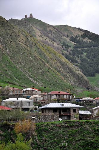 Bergdorf Gergeti unterhalb der Dreifaltigkeitskriche Zminda Sameba. / Mountain village Gergeti nearby Monastery Zminda Sameba.
