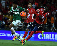 MEDELLIN - COLOMBIA -04-03-2017: Andres Mosquera (Der.) jugador de Deportivo Independiente Medellin disputa el balón con Jefferson Duque (Izq.) jugador de Deportivo Cali, durante entre Deportivo Independiente Medellin y Deportivo Cali, por la fecha 8 de la Liga Aguila I 2017, en el estadio Atanasio Girardot de la ciudad de Medellin. / Andres Mosquera (R) player of Deportivo Independiente Medellin fights for the ball with Jefferson Duque (R) player of Deportivo Cali, during a match between Deportivo Independiente Medellin and Deportivo Cali for the date 8 of the Liga Aguila I 2017 at the Atanasio Girardot stadium in Medellin city. Photo: VizzorImage  / Luis Ramirez / Staff.