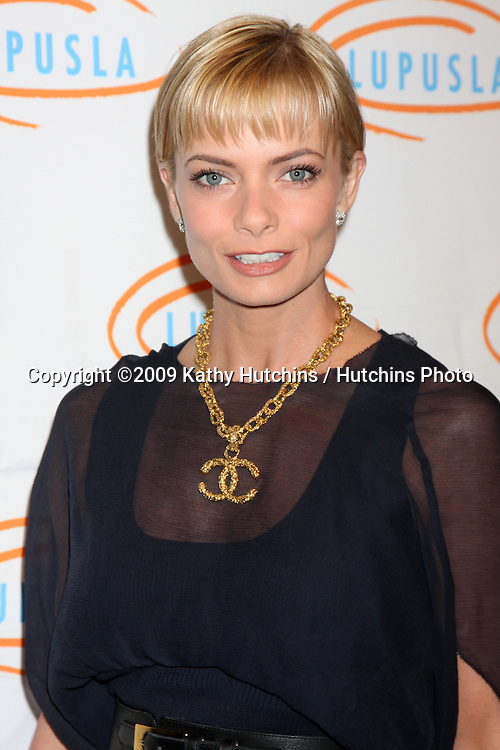 Jamie Pressly.arriving at the 7th Annual Lupus LA Bag Ladies Luncheon .Beverly Wilshire Hotel.Beverly Hills,  CA.November 18, 2009.©2009 Kathy Hutchins / Hutchins Photo.