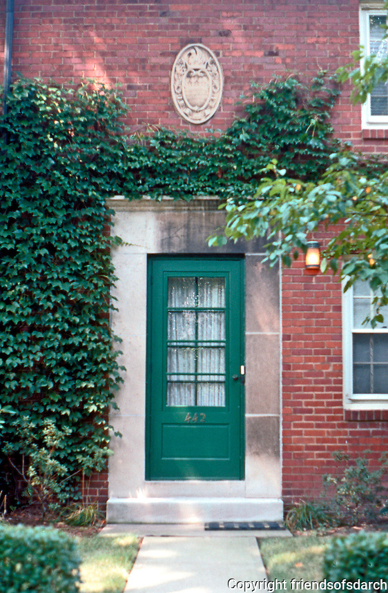 Clarence S. Stein/Henry Wright: Chatham Village, Pittsburgh. Georgian doorway. Photo '01.
