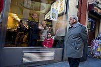 Gente a passeggio nel centro storico di Madrid