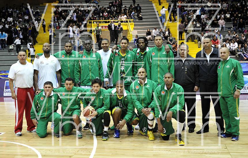 BOGOTA - COLOMBIA - 10-05-2013: El equipo de Bambuqueros de Neiva  posa para una foto durante  partido mayo 10 de 2013. Piratas de Bogota y Bambuqueros de Neiva disputaron partido de la fecha 13 de la fase II de la Liga Directv Profesional de baloncesto en partido jugado en el Coliseo El Salitre. (Foto: VizzorImage / Luis Ramirez / Staff). The players of Bambuqueros From Neiva pose for a photo during the match on May 10, 2013.  Piratas of Bogota and Bambuqueros from Neiva disputed a match for the 13 date of the Fase II of the League of Professional Directv basketball game at the Coliseo El Salitre. (Photo: VizzorImage / Luis Ramirez / Staff).