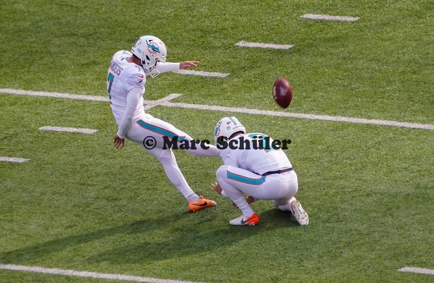 Kicker Jason Sanders (7) of the Miami Dolphins und punter Matt Haack (2) of the Miami Dolphins als Holder beim Field Goal - 08.12.2019: New York Jets vs. Miami Dolphins, MetLife Stadium New York