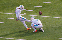 Kicker Jason Sanders (7) of the Miami Dolphins und punter Matt Haack (2) of the Miami Dolphins als Holder beim Field Goal - 08.12.2019: New York Jets vs. Miami Dolphins, MetLife Stadium New York