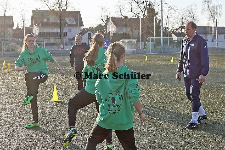 Trainer Rudi Stalysa vom Stützpunkt des HFV Odenwald trainiert die B-Juniorinnen der TSG Worfelden