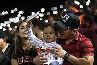 Luces de celulares en Estadio Sonora, durante el juego de beisbol de segunda vuelta de la Liga Mexicana del Pacifico. Segundo partido entre Charros de Jalisco vs Naranjeros de Hermosillo. 16 Diciembre 2017.<br /> (Foto: Luis Gutierrez /NortePhoto.com)
