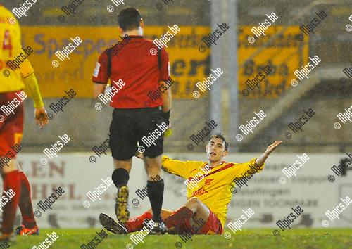 2012-12-22 / voetbal / seizoen 2012-2013 / Oosterzonen - FC Duffel / Maurizio Aquino (r) (Oosterzonen) gaat nu geel krijgen van scheidsrechter Altan Cayir