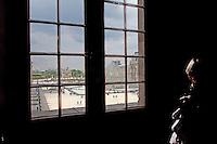 Parigi, museo del Louvre la piramide di Per vista da una finestra interna