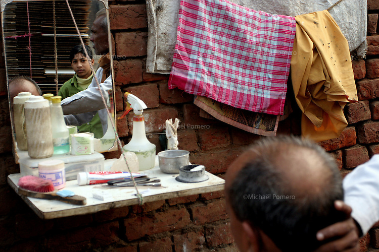 16.12.2008 Delhi(Haryana)<br /> <br /> Hair cutter in the street.<br /> <br /> Coiffeur dans la rue.
