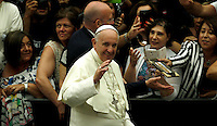 Papa Francesco saluta i fedeli al suo arrivo all'udienza generale del mercoledi' in aula Paolo VI, Citta' del Vaticano, 3 agosto 2016.<br /> Pope Francis waves to faithful as he arrives to attend his weekly general audience in the Paul VI hall at the Vatican, 3 August 2016.<br /> UPDATE IMAGES PRESS/Isabella Bonotto<br /> <br /> STRICTLY ONLY FOR EDITORIAL USE