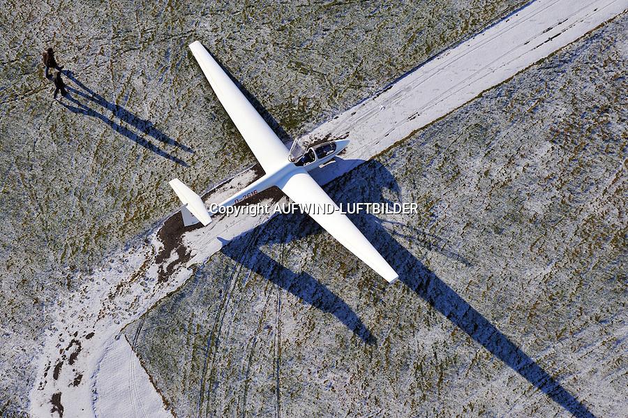 Winterflugbetrieb mit  einer ASK 21: EUROPA, DEUTSCHLAND, HAMBURG (EUROPE, GERMANY), 02.01.2009: Winterflugbetrieb mit  einer ASK 21, das Segelflugzeug wartet auf das Schleppflugzeug für einen Rundflug auf einer Asphaltpiste. Es hatte vorher leicht geschneit