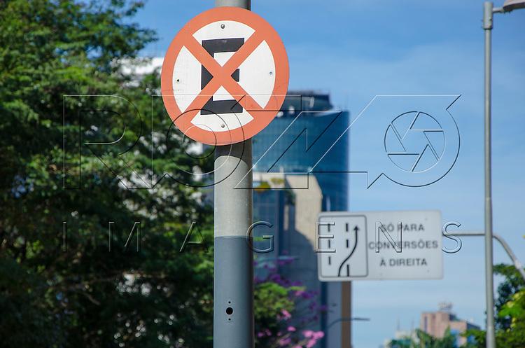 Placa de proibido parar e estacionar, São Paulo - SP, 07/2016.