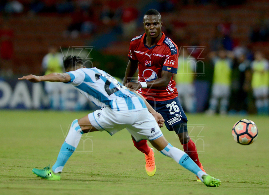 MEDELLÍN - COLOMBIA, 27-07-2017: Yulian Gomez (Der) jugador de Independiente Medellin de Colombia disputa el balón con Federico Zaracho (Izq) jugador de Racing Club de Argentina, durante partido por la segunda fase, llave 1, de la Copa CONMEBOL Sudamericana 2017  jugado en el estadio Atanasio Girardot de la ciudad de Medellín. / Yulian Gomez (R) player of Independiente Medellin of Colombia fights for the ball with Federico Zaracho (L) player of Racing Club of Argentina during the match for the second phase, key 1, of the Copa CONMEBOL Sudamericana 2017  played at Atanasio Girardot stadium in Medellin city. Photo: VizzorImage/ León Monsalve /