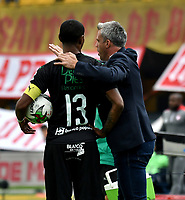 BOGOTÁ-COLOMBIA, 24-11-2019: Lucas Pussineri, técnico de Deportivo Cali da instrucciones a Juan Camilo Angulo, durante partido de la fecha 5 de los cuadrangulares semifinales entre Independiente Santa Fe y Deportivo Cali, por la Liga Águila II 2019, jugado en el estadio Nemesio Camacho El Campín de la ciudad de Bogotá. / Lucas Pussineri, coach of Deportivo Cali gives instructions to Juan Camilo Angulo, during a match of the 5th date of the quarter semifinals between Independiente Santa Fe and Deportivo Cali, for the Aguila Leguaje II 2019 played at the Nemesio Camacho El Campin Stadium in Bogota city. / Photo: VizzorImage / Luis Ramírez / Staff.