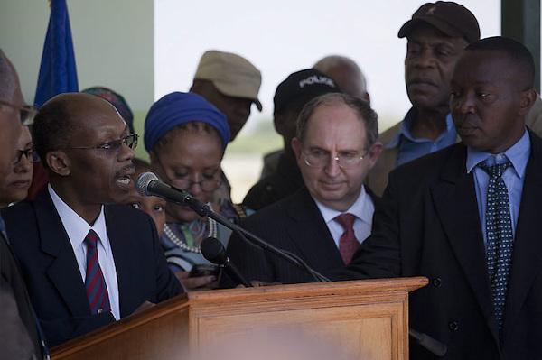 HAI14. PUERTO PRÍNCIPE (HAITÍ), 18/03/2011.- El expresidente haitiano Jean Bertrand Aristide (i) ofrece una rueda de prensa después de su llegada hoy, viernes 18 de marzo de 2011, al aeropuerto internacional Toussaint en Puerto Príncipe (Haití), lo acompañan su abogado Ira Kurzban (3d) y el actor Danny Glover (2d). Aristide regresó este viernes de un exilio de siete años en Sudáfrica después de un golpe de Estado en 2004. EFE/Andrés Martínez Casares