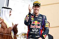 SAKHIR. BAHREIN, 21 ABRIL 2013 - F1 GP DO BAHREIN  - O piloto alemão Sebastian Vettel, da Red Bull, comemora no pódio sua vitória no GP do Bahrein de Fórmula 1, no circuito international de Sakhir, neste domingo (21). FOTO: PIXATHLON / BRAZIL PHOTO PRESS).