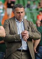 FUSSBALL   1. BUNDESLIGA   SAISON 2011/2012   TESTSPIEL SV Werder Bremen - FC Everton                 02.08.2011 Manager Klaus ALLOFS (Werder Bremen) schaut auf die Uhr