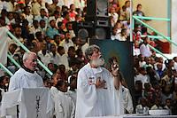 """MADAGASCAR Antananarivo, catholic priest Per Pedro Opeka has build Akamasoa a social community project with housing schemes, health units and schools for the poorest of Tana, sunday  mass in church / MADAGASKAR Pater Pedro Opeka hat die Gemeinde Akamasoa , auf madagassisch """"gute Freunde"""" , mit Muellsammlern, Bettlern und Sozialschwachen auf einem Huegel bei Antananarivo erbaut, Teil des Projektes sind Hausbau, Schulen, Krankenhaeuser und Beschaeftigung, Sonntagsmesse in der Kirche"""