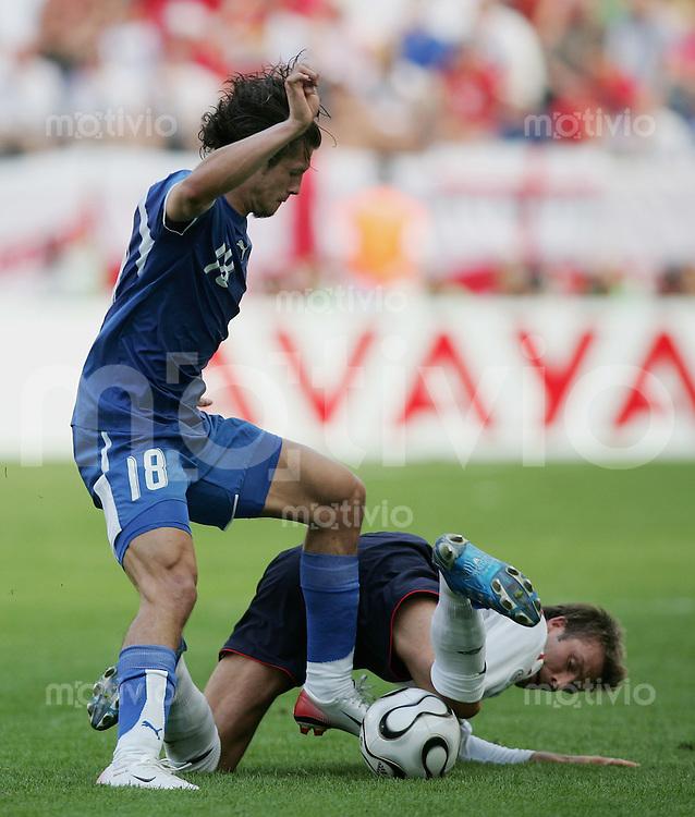Fussball WM 2006 Vorunde Gruppe B England 1-0 Paraguay David BECKHAM (ENG,re) gegen Cristian RIVEROS(PAR,li)