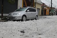 SAO PAULO, SP, 19-05-2014, GELO RUA INTERDITADA.  A Rua Dias Leme no bairro da Mooca, continua interditada pelo acumulo de gelo que caiu durante a chuva na tarde de ontem (18).          Luiz Guarnieri/ Brazil Photo Press.