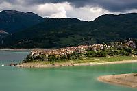 Italien, Latium, Colle di Tora am Lago del Turano in den Monti Carseolani | Italy, Lazio, Colle di Tora at Lago del Turano with Monti Carseolani mountains