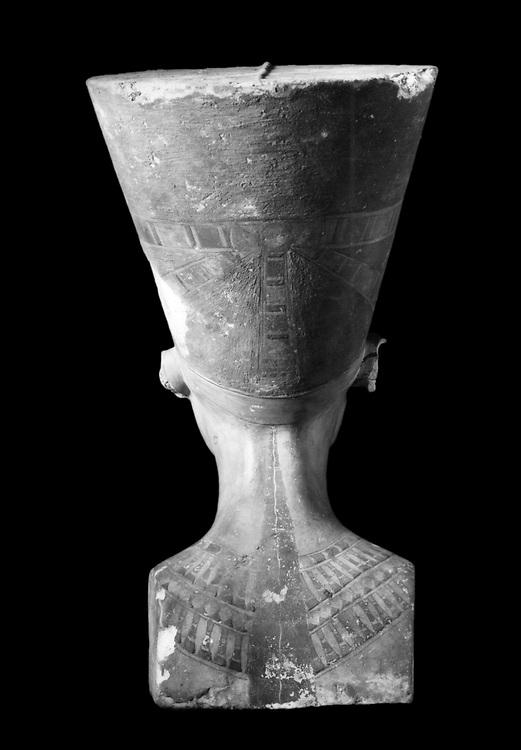 Tell el-Amarna, 6/12/1912 : Premieres photos du buste de Nefertiti prises par la Deutsche Orient Gesellschaft, apres sa sa decouverte.         <br />Tell el-Amarna, 6 December 1912. First photos of Nefertiti bust made by the Deutsche Orient-Gesellschaft, after his his discovery.