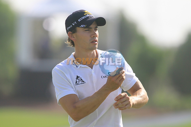 Camilo Villegas on the 18th green during the opening round of Day 1 at the Dubai World Championship Golf in Jumeirah, Earth Course, Golf Estates, Dubai  UAE, 19th November 2009 (Photo by Eoin Clarke/GOLFFILE)