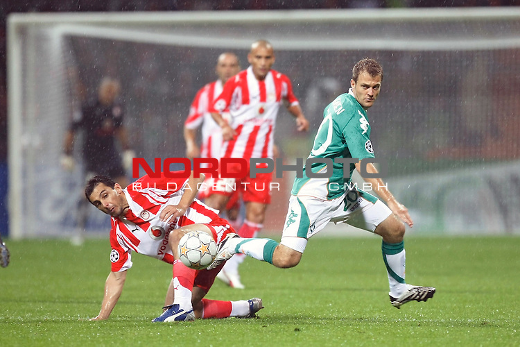 UEFA  Champions League  2007/2008 Gruppe C <br /> 2. Gruppenspiel - Weser Stadion Bremen<br /> <br /> WERDER BREMEN (GER) - OLYMPIAKOS PIR&Auml;US (GRE)<br /> <br /> Daniel Jensen ( Bremen DEN #20 ) gegen Marco N&eacute; (Athen CIV #16<br /> <br /> Foto &copy; nph (  nordphoto  )<br /> <br /> <br /> <br />  *** Local Caption ***
