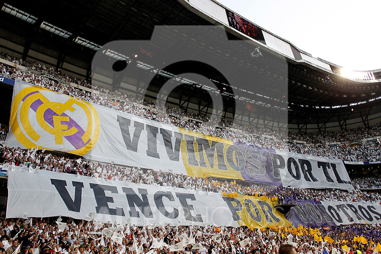 "Real Madrid's fans display a huge banner that reads ""We live for you, win for us"" during Champions League match in Madrid. April 27, 2011. (ALTERPHOTOS/Alvaro Hernandez)"