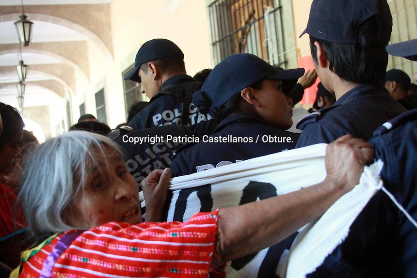 Oaxaca de Ju&aacute;rez, Oax. 05/11/2015.- Mujeres ind&iacute;genas de la regi&oacute;n Triqui de Oaxaca, protestaron en el acceso principal de palacio de gobierno, lo anterior argumentando que el pasado 13 de septiembre firmaron un acuerdo d&oacute;nde la administraci&oacute;n de Gabino Cu&eacute; Monteagudo se comprometi&oacute; a adquirir un predio para su reubicaci&oacute;n, ya que este grupo de personas son desplazadas de San Juan C&oacute;pala y hasta la fecha han vivido en campamentos en la capital, sin embargo,  se&ntilde;alaron que hasta el momento las autoridades no han dado cumplimiento a este acuerdo.<br /> <br />  <br /> <br /> En este contexto, las mujeres se manifestaron en la entrada del recinto oficial, lugar donde protagonizaron una ri&ntilde;a con polic&iacute;as estatales que resguardan el palacio de gobierno, d&aacute;ndose jaloneos y agresiones verbales, donde no solo participaron las ind&iacute;genas triquis, tambi&eacute;n sus hijos.<br /> <br />  <br /> <br /> Al final de este altercado, las mujeres triquis encabezadas por Lorena Merino Flores, indicaron que se instalaran en plant&oacute;n, asegurando que solo se ir&aacute;n de este lugar hasta que sean reubicadas en el predio prometido.