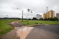 SAO PAULO, SP - 23.12.2014 - CLIMA TEMPO - CHUVA - Paulistanos convivem com chuva e poças d'água no Pq. Barragem do Guarapiranga, na zona sul da capital paulista na manhã desta terça-feira (23).<br /> <br /> (Foto: Fabricio Bomjardim / Brazil Photo Press).