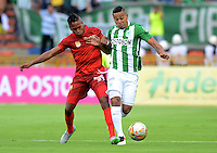 MEDELLÍN -COLOMBIA - 04-06-2016: Macnelly Torres (Der) jugador de Atlético Nacional disputa el balón con Fabian Viafara (Izq) jugador de Rionegro Águilas durante partido de vuelta de los cuadrangulares finales de la Liga Águila I 2016 jugado en el estadio Atanasio Girardot de la ciudad de Medellín./ Macnelly Torres (R) player of Atletico Nacional  fights for the ball with Fabian Viafara (L) player of Rionegro Aguilas during the second leg match of the finals quadrangular of the Aguila League I 2016 at Atanasio Girardot stadium in Medellin city. Photo: VizzorImage/León Monsalve/STR