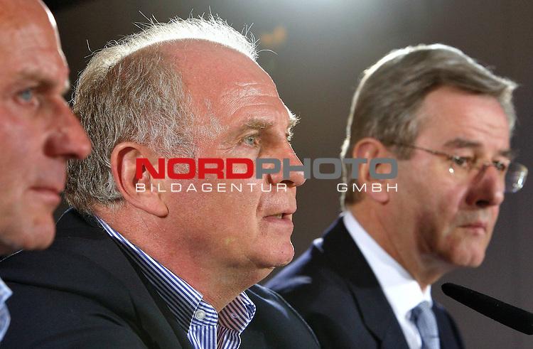 1. FBL 08/09 Pressekonferenz des Vorstandes der FC Bayern M&uuml;nchen AG zur Entlassung von J&uuml;rgen Klinsmann  ( Ex - Bayern Cheftrainer) am 27.04.2009<br /> <br /> MUNICH, GERMANY - APRIL 27:  (L-R) Karl-Heinz Rummenigge, CEO of Bayern Muenchen, Manager Uli Hoeness and Karl Hopfner, CFO of Bayern Muenchen, address the media during a news conference on April 27, 2009 in Munich, Germany.  Bayern Munich fired head coach Juergen Klinsmann with immediate effect. Jupp Heynckes will replace Klinsmann until the end of the season. <br /> <br /> Foto &copy; nph ( nordphoto )